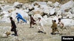 Anak-anak Afghanistan berlarian melintasi sebuah sungai kering di dekat desa Qandaro, Lembah Sungai Pech, propinsi Kunar, Afghanistan untuk menghindari tembakan (Foto: dok). Misi PBB di Afghanistan mengatakan jumlah warga sipil yang tewas di Afghanistan turun 12 persen dibanding tahun lalu.