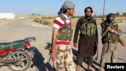 Militan ISIS melakukan penjagaan di kota Kobani, Suriah Selasa (7/10). ISIS dipukul mundur dari Kobani setelah serangan udara koalisi di sana.