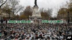 Hiljade pari cipela na Trgu repoublike u Parizu u okviru simboličnog mirnog protesta