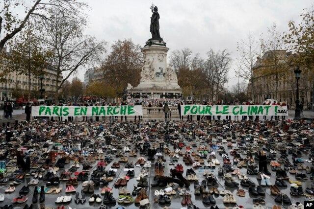 Hàng chục ngàn đôi giày được để lại trên Quảng trường Cộng hòa ở Paris symbolic and peaceful rally biểu trưng cho cuộc tụ họp ôn hòa, ngày 29 tháng 11, 2015.