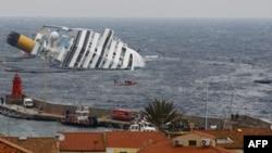 Một lớp dầu mỏng tràn ra từ tàu Costa Concordia mắc cạn ngoài khơi bờ biển phía tây nước Ý, 3/2/2012