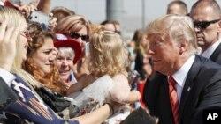 Las palabras conciliadoras de Trump se conocen un día después de escucharse a un Trump radical desde Phoenix, Arizona, que generó división.