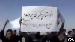 عکس مربوط به اعتراض خانواده «جواد خسروانیان» است.