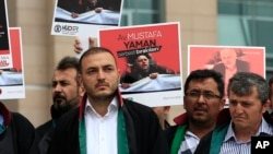 Para pengacara Turki melakukan unjukrasa di luar pengadilan di Istanbul, Senin, 17 Juli 2017, menuntut dilepaskannya Mustafa Yaman, seorang pengacara yang menurut media Turki ditahan awal bulan ini atas kecurigaan terkait dengan ulama Fethullah Gulen yang mengasingkan diri di AS (foto: AP Photo/Lefteris Pitarakis)
