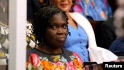 Simone Gbagbo, ex-première dame de la Côte-d'Ivoire formes assise au premier jour de son procès au palais de justice à Abidjan 26 Décembre 2014.
