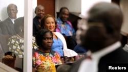 L'ex-première dame ivoirienne Simone Gbagbo (gauche) assise dans le box des accusés lors de son procès au palais de la justice à Abidjan, le 26 décembre 2014.