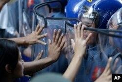 2015年11月17日亚太经合组织(APEC)峰会期间菲律宾马尼拉学生示威者在靠近美国大使馆前和警察发生冲突。