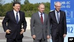Presiden Rusia Vladimir Putin (tengah), Presiden Komisi Uni Eropa Jose Manuel Barroso (kiri) dan Presiden Dewan Kelompok Eropa Herman Van Rompuy dalam KTT Uni Eropa di istana Konstantin St.Petersburg, Rusia (4/6).