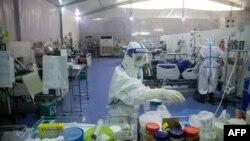 ရန္ကုန္ ဧရာဝတီကိုဗစ္စင္တာမွာ ကိုဗစ္လူနာေတြကို ျပဳစု ကုသေပးေနတဲ့ က်န္းမာေရးဝန္ထမ္းမ်ား။ (ဇန္နဝါရီ ၁၄၊ ၂၀၂၁)
