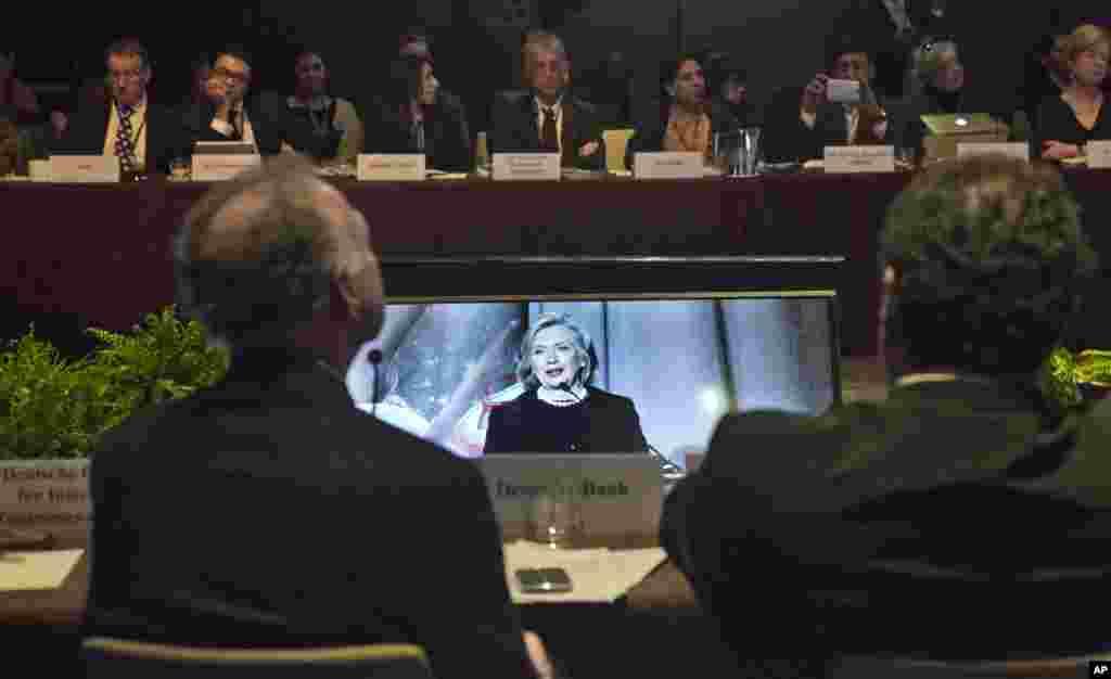 Para peserta KTT Aliansi Global untuk Kompor bersih melihat pidato mantan Menteri Luar Negeri AS Hillary Rodham Clinton dari layar,di New York, 21 November 2014.(AP/Bebeto Matthews)