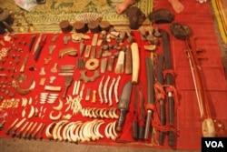 老撾瑯勃拉邦的夜市上很容易買到象牙製品。 (美國之音朱諾拍攝,2018年2月14日)