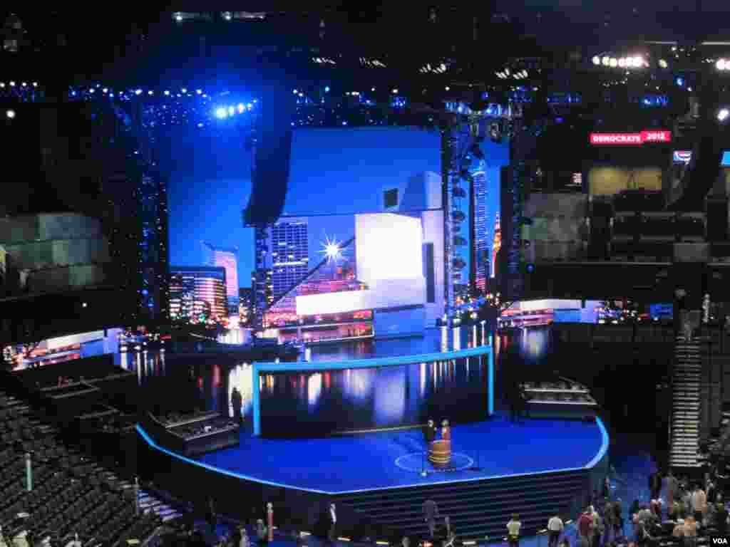 Le Time Warner Cable Arena à Charlotte, accueille la Convention 2012 du parti democrate.(N. Pinault/VOA)