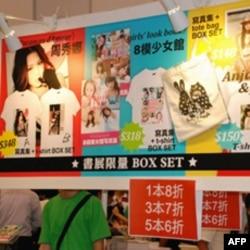 部分香港参展商仍以少女模特产品吸引参观者