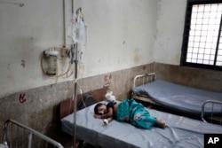 Nur Sadika, 5 tahun, seorang pasien anak etnis Rohingya sedang menerima perawatan setelah menyeberang dari Myanmar ke Bangladesh, di Chittagong Medical College Hospital di Chittagong, Jumat, 8 September 2017.