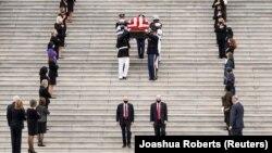 Le cercueil de la regrettée Ruth Bader Ginsburg, juge associée à la Cour suprême, arrive au Capitole américain à Washington, aux États-Unis, le 25 septembre 2020. (Photo: REUTERS/Joashua Roberts)