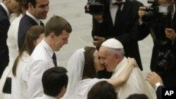 Papa Franja pozdravlja novovenčani par za vreme audijencije u Vatikanu. Papa smatra da razvedeni katolici koji se ponovo venčaju i njihova deca zaslužuju bolji tretman Katoličke crkve.