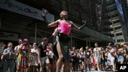 """紐約30日舉行""""同性戀驕傲""""遊行。"""