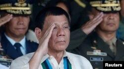 ប្រធានាធិបតីហ្វីលីពីន Rodrigo Duterte លើកដៃគោរពជាមួយកម្លាំងយោធារបស់លោកក្នុងពេលប្រារពពិធីរំឮកខួបកងទ័ពជើងគោក កាលពីឆ្នាំមុន។