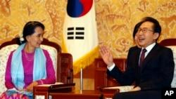 Pemimpin demokrasi Burma Aung San Suu Kyi (kiri) berbincang dengan Presiden Korea Selatan Lee Myung-bak di Rumah Kepresidenan Gedung Biru di Seoul, 29 Januari 2013. (AP Photo/Lee Jae-won, Pool)