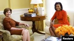 Lora Buş və Mişel Obama