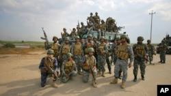 Cảnh sát liên bang Iraq đến tham gia cuộc chiến chống Nhà nước Hồi giáo ở Jurf al-Sakhar, 70 km về phía nam Baghdad, Iraq, 27/10/2014.