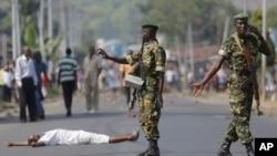 Un manifestant couché sur l'asphalte à Musaga, quartier de Bujumbura, lundi 18 mai 2015.