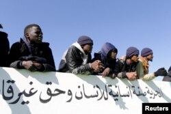 Migran menonton pertandingan sepak bola di markas imigrasi di Benghazi, Libya 5 Desember 2020. (REUTERS / Esam Omran Al-Fetori)