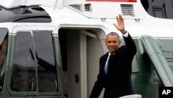 L'ancien président Barack Obama salue la foule alors qu'il quitte le capitole, le 20 janvier 2017.