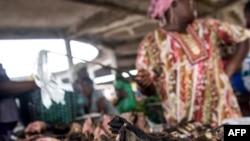 Une vendeuse de viande de brousse au marché de Mbandaka, RDC, 22 mai 2018