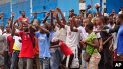 在利比里亞首都蒙羅維亞西點地區伊波拉隔離中心附近的居民抗議不獲准回家