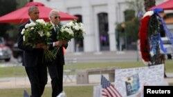 美国总统奥巴马与副总统拜登在奥兰多一处临时纪念地点向枪击事件遇难者献花。