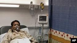 在利比亞政府組織的一次探訪行程中﹐一名政府軍士兵在空襲中受傷在醫院接受治療