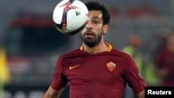 Mohamed Salah de l'AS Roma amorce une attaque lors d'un match de la ligue européenne de l'UEFA entre son équipe l'AS Roma et Viktoria Plzen, au stade Olympique, à Rome, Italie, 24 novembre 2016.