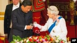 中国国家领导人习近平和英国女王伊丽莎白二世在白金汉宫的国宴上(2015年10月20日)。