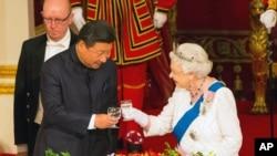 英女王(右)與習近平(左)去年祝酒