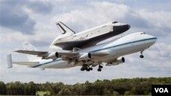 Enterprise di atas punggung 747 meninggalkan bandara Dulles di Virginia, di luar kota Washington, Jumat (27/4).