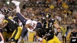 Matt Forte (22) de los Osos de Chicago anota un touchdown a pesar de Ryan Clarck, de los Acereros.