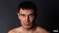 Roman Simakov fue trasladado en camilla al hospital tras perder por nocaut el combate.