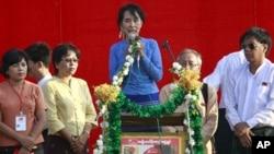 昂山素季在仰光的一次竞选造势集会上讲话(2012年3月22日)