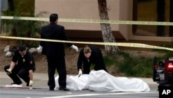 Petugas koroner Orange County di California memindahkan jenazah korban penembakan di daerah itu (19/2). (AP/Jae C. Hong)