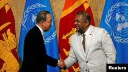 스리랑카를 방문중인 반기문(왼쪽) 유엔 사무총장이 2일 망갈라 사마라위라 스리랑카 외무장관과 악수하고 있다.