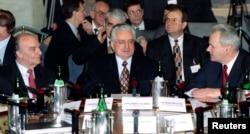 Alija Izetbegović, Franjo Tuđman i Slobodan Milošević nas samitu u Rimu od Daytonskom mirovnom sporazumu, februar 1996. godine. REUTERS/Paolo Cocco/Files