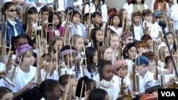 Sekitar 200 siswa SD Amerika ikut serta dalam konser angklung di Freer & Sackler Smithsonian Washington DC, Minggu 5/10 (foto: VOA/Eva).