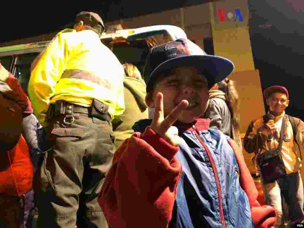 Las autoridades entregaron brazaletes de seguridad a los migrantes para abordar los buses y garantizar su identificación. (Foto: Celia Mendoza - VOA)