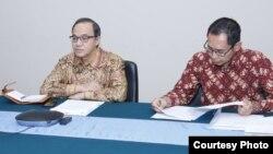 Plt. juru bicara Kemlu RI Teuku Faizasyah dan Direktur Perlindungan WNI dan Badan Hukum Indonesia Judha Nugraha (kanan) dalam jumpa pers secara virtual di Jakarta. (Courtesy: Kemlu)