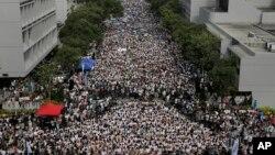 22일 홍콩 대학교 광장에서 학생들이 시위를 벌이고 있다. 수천명의 학생들이 수업을 거부하고 중국의 정책에 반대하는 집회를 열었다.