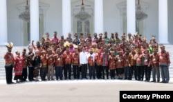 Presiden Jokowi bersama 61 tokoh Papua dan Papua Barat berpose di depan Istana Merdeka, Jakarta, 10 September 2019. (Foto: Setpres RI)