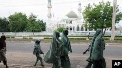 'Yan makaranta su na shigewa dab da wani masallaci a Maiduguri, babban birnin Jihar Borno