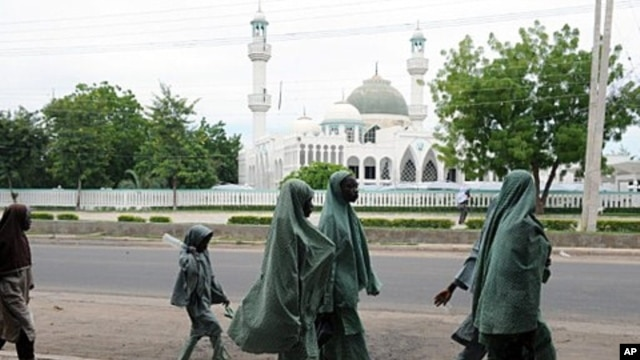 School children walk past a mosque in central Maiduguri, capital of Borno State (July 2010 file photo)