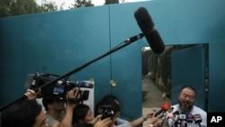 艾未未6月23日向聚集在他家外面的记者们讲话